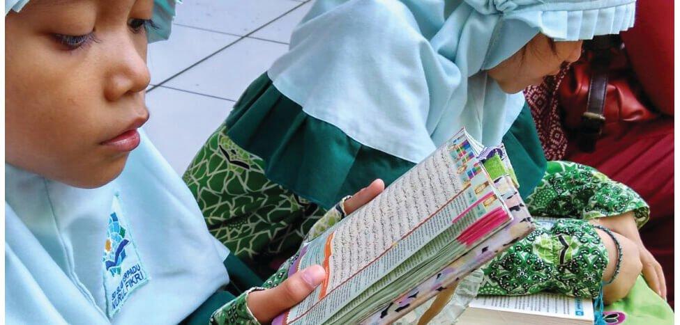 Siswa SDIT Nurul Fikri Sibuk Baca Quran di Ramadan